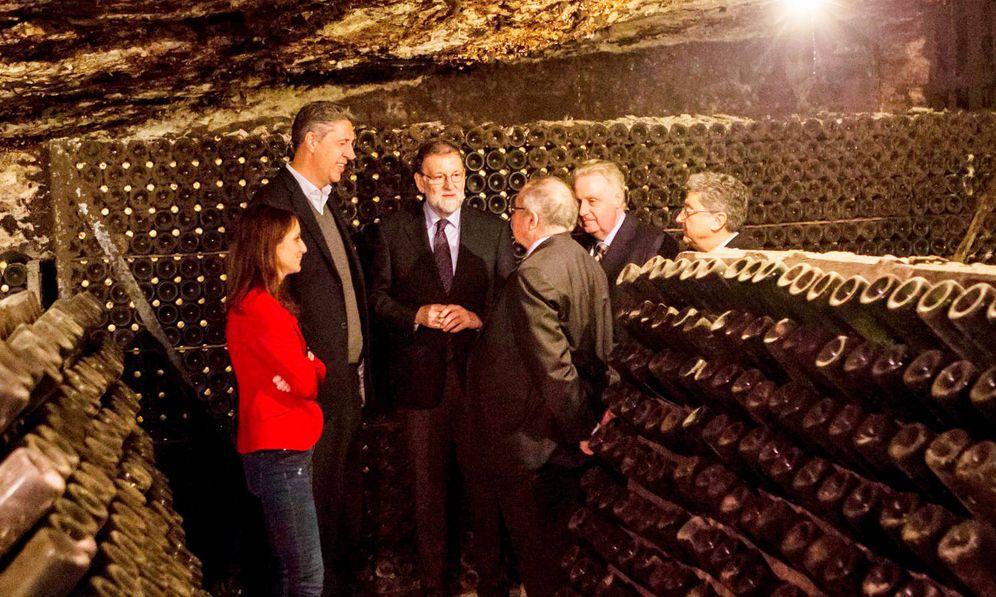 Foto: Mariano Rajoy y José Luis Bonet dialogan en las bodegas de Freixenet. (EFE)