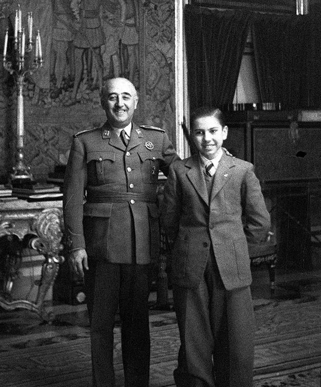 Foto: Arturo Pomar Salamanca, por entonces campeón de España de ajedrez, posando con Francisco Franco en 1946. (Efe)