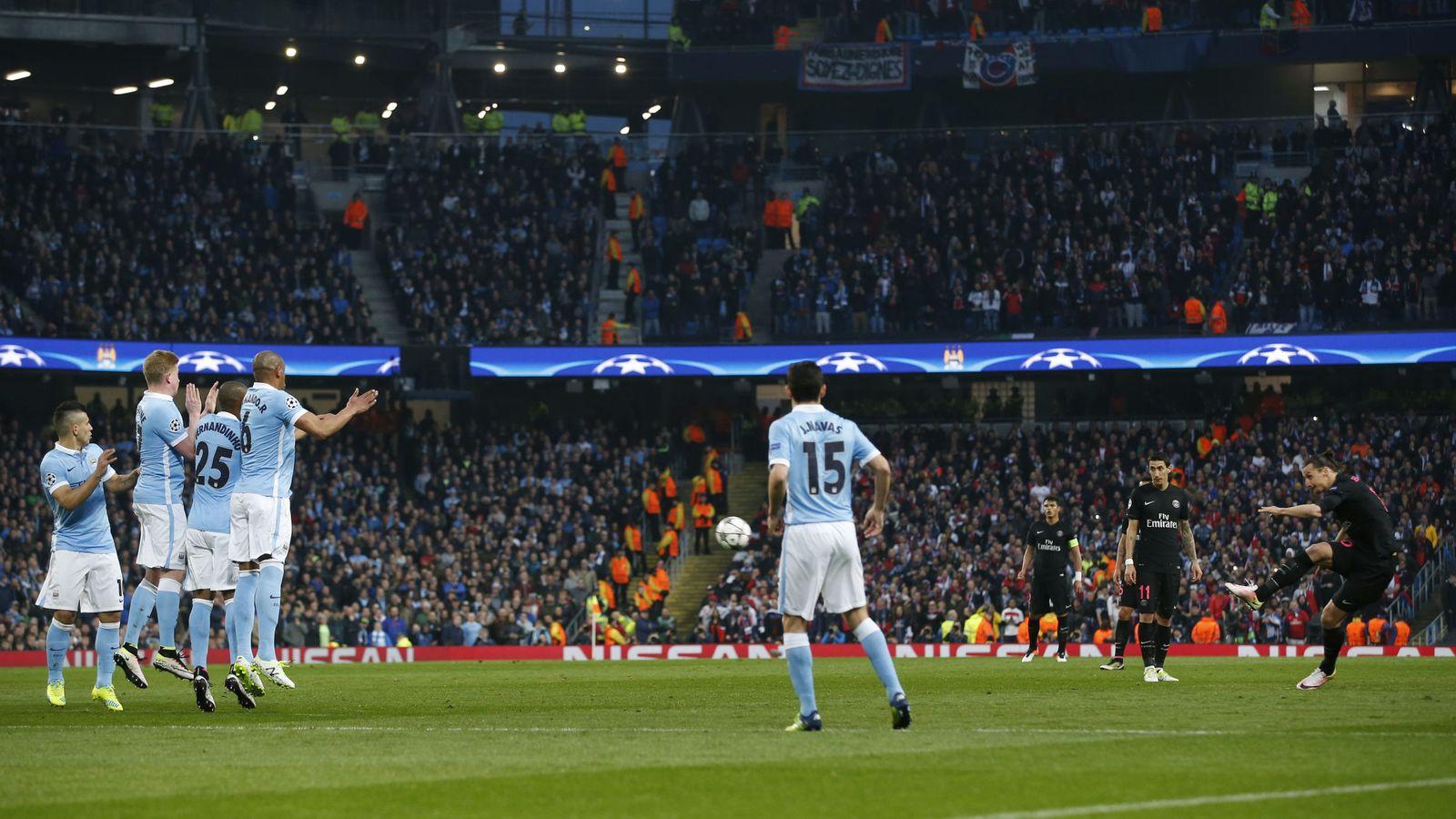 Foto: Los jugadores del City, en una falta en el Etihad.