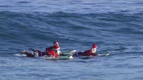 Sorprenden a Papá Noel surfeando en Las Palmas