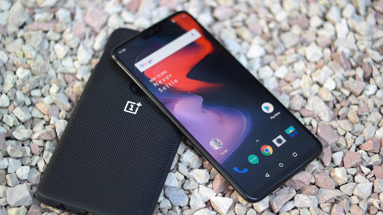 El nuevo OnePlus 6, junto a una de sus fundas. (M.Mcloughlin)