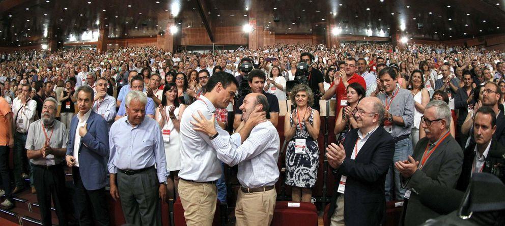 Foto: Pedro Sánchez junto a Rubalcaba, González y Zapatero el pasado mes de julio. (EFE)
