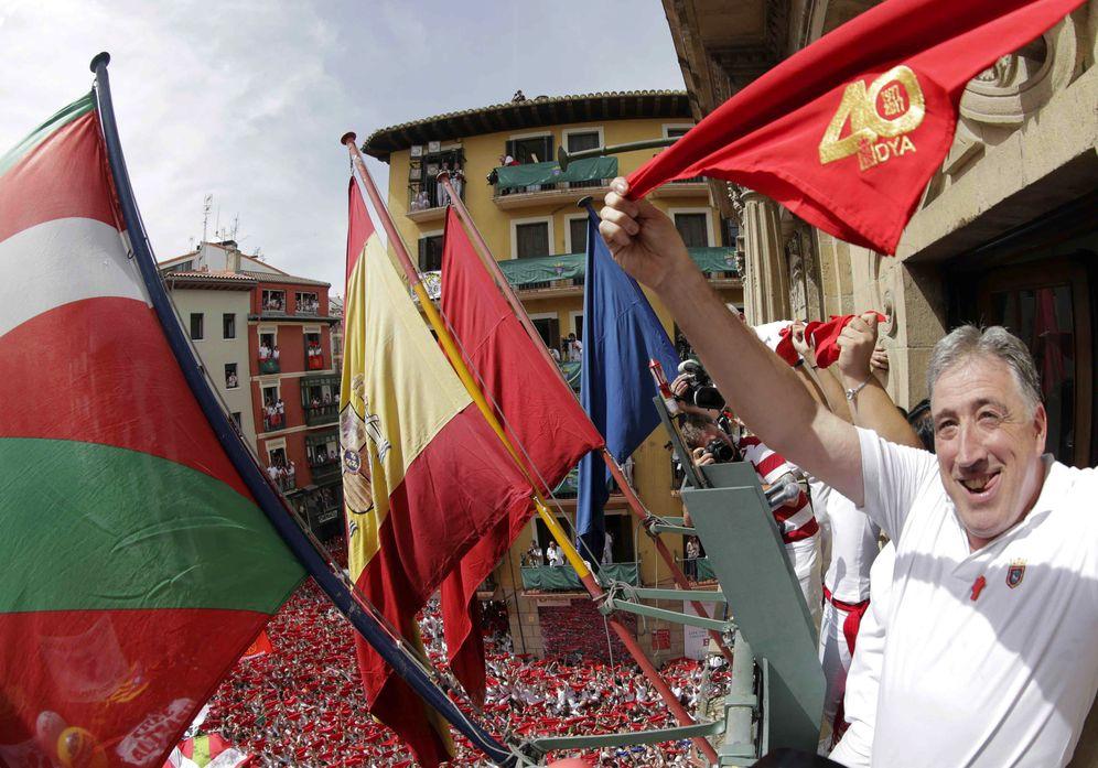 Foto: El alcalde de Pamplona, Joseba Asiron, durante el chupinazo. (EFE)