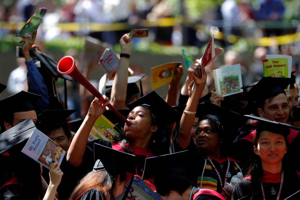Foto: Estudiantes de la Universidad de Harvard, en Cambridge, durante su ceremonia de graduación. (Reuters)