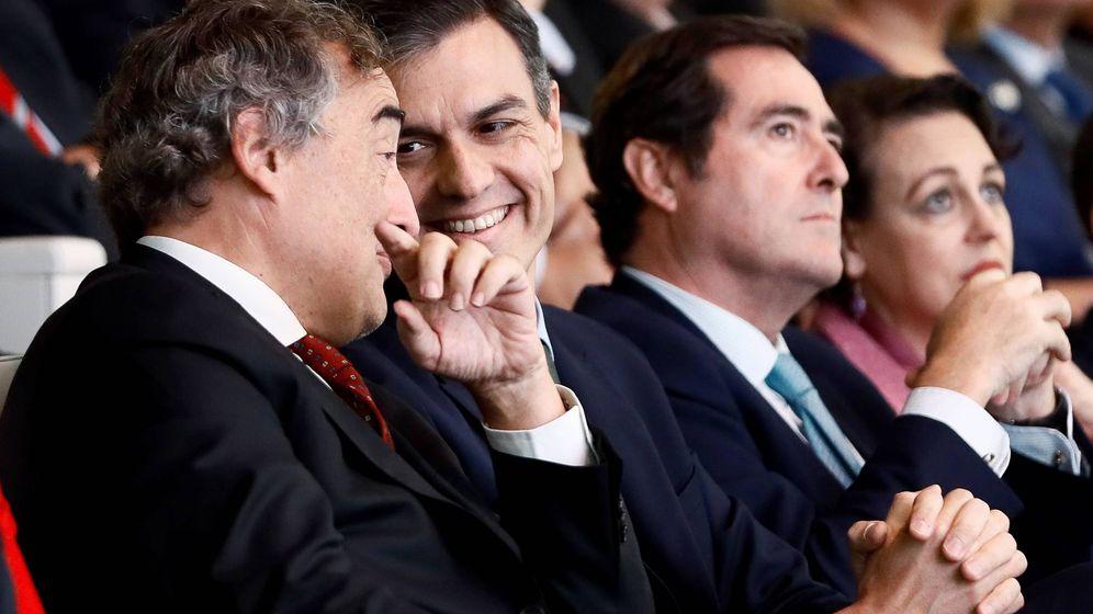Foto: El presidente del Gobierno, Pedro Sánchez (c), acompañado por el presidente de la CEOE, Juan Rosell (i), y el presidente de Cepyme, Antonio Garamendi, durante la entrega de los V Premios Cepyme.