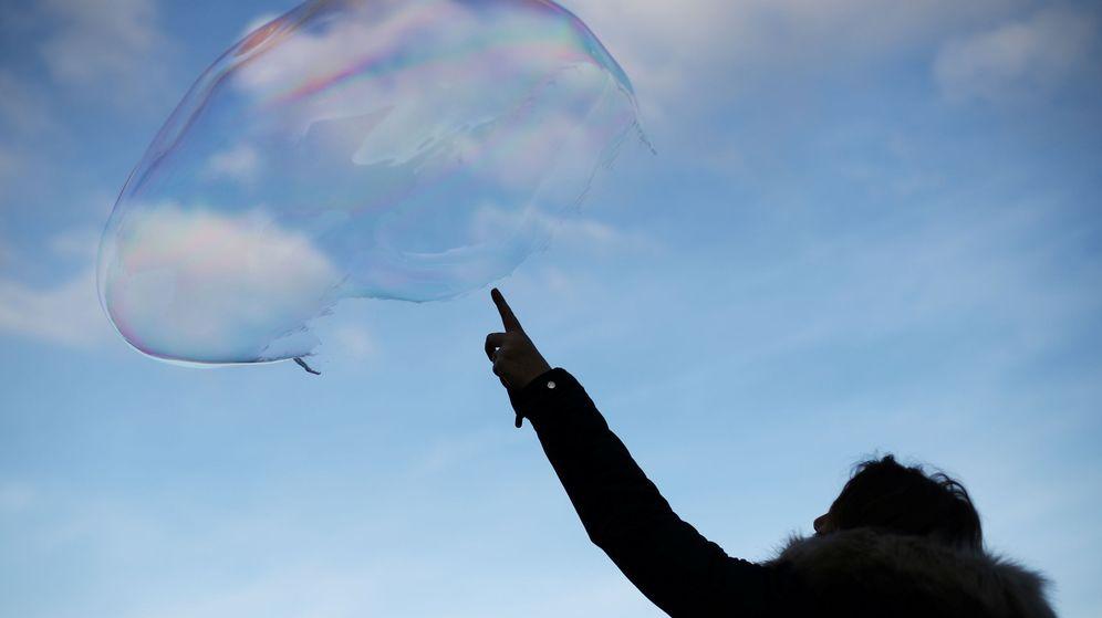 Foto: Foto de archivo de una mujer señalando a una burbuja. (Reuters)