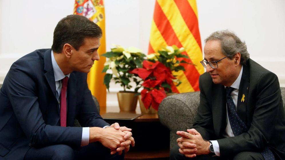 Foto:  El presidente del Gobierno, Pedro Sánchez, y el de la Generalitat, Quim Torra (d), durante la reunión en Pedralbes. (EFE)