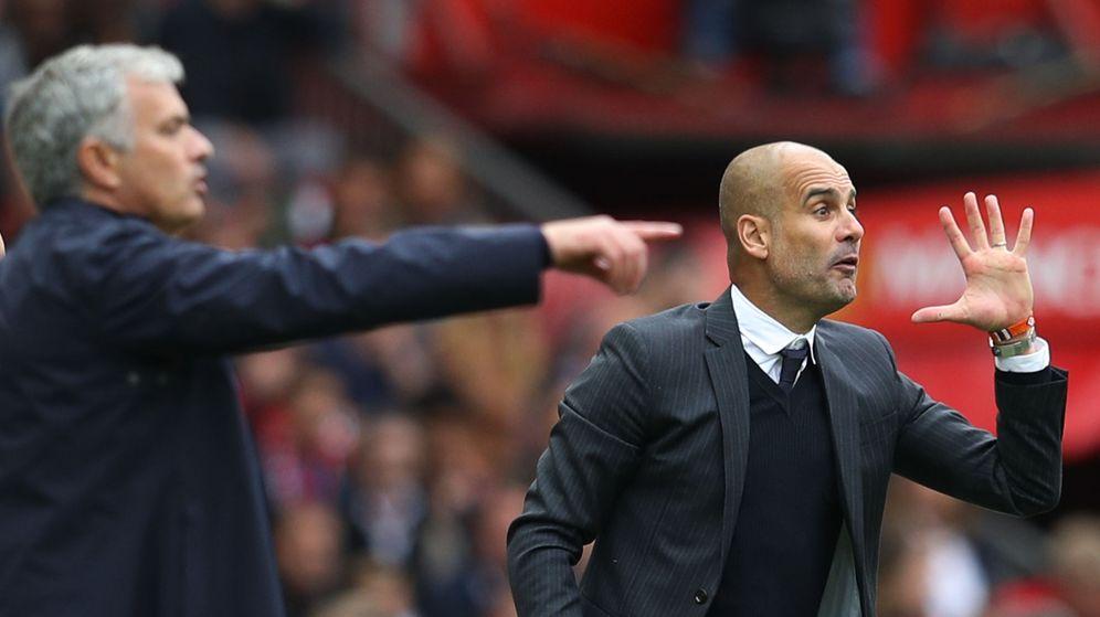 Foto: Jose Mourinho y Pep Guardiola, durante el derbi de Manchester en Old Trafford. (REUTERS)