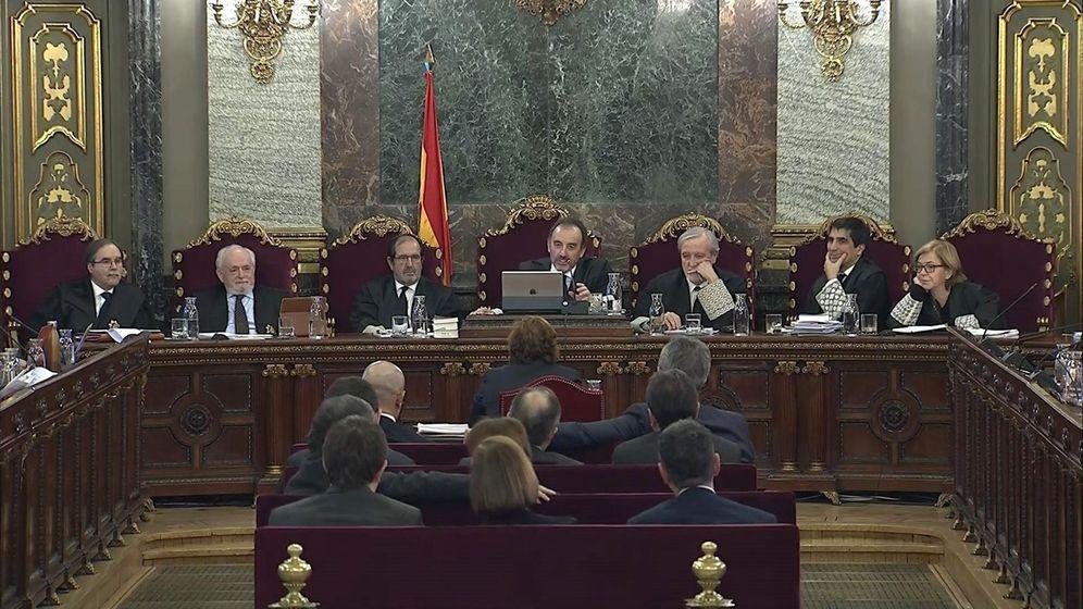 Foto: Captura de la señal institucional del Tribunal Supremo de un momento de una sesión del juicio del 'procés'. (EFE)