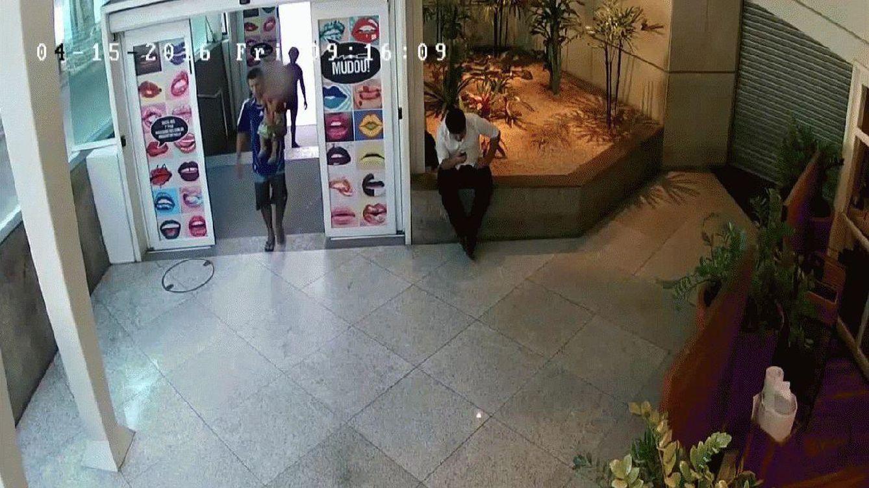 Las cámaras graban cómo un hombre abandona a su hijo en un centro comercial