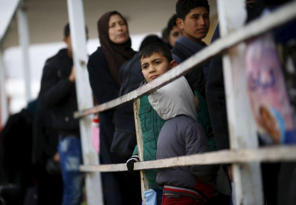 Foto: Sirios que huyen de los combates forman filas en el paso de Oncupinar, en Kilis, el 11 de febrero de 2016 (Reuters).
