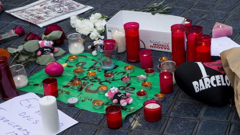 Foto: Flores y velas en homenaje a las víctimas de Barcelona. (EFE)