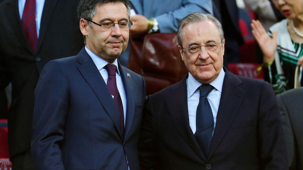 Foto: Josep María Bartomeu y Florentino Pérez en el palco del Camp Nou. (Efe)
