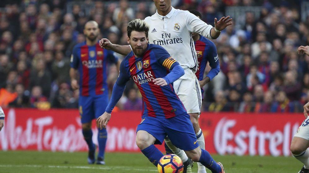 Foto: Messi conduce el balón ante la mirada de Cristiano. (Reuters)