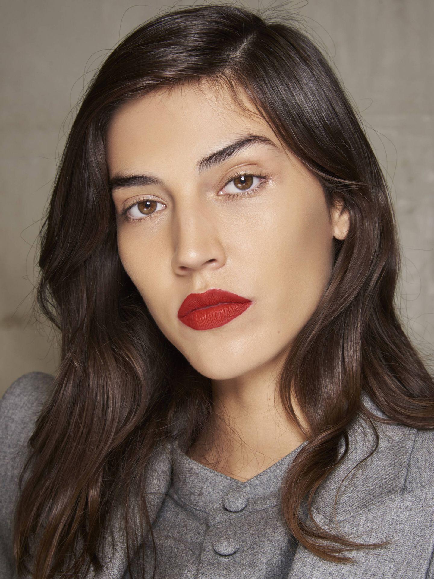 Perfilar los labios ayuda a que los colores mate no se pierdan y queden mucho más marcados. (Imaxtree)