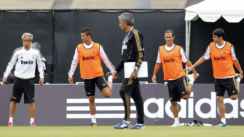 Foto: José Mourinho (c), junto a los jugadores del conjunto blanco, Fabio Coentrao (i), Cristiano Ronaldo (2i), Ricardo Carvalho (2d) y Kaká (d), durante un entrenamiento en verano de 2011.