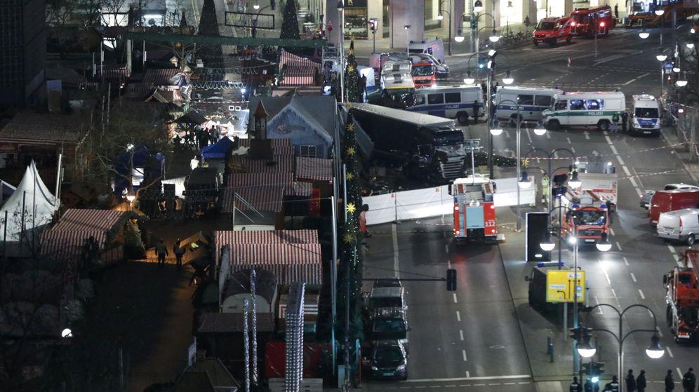 Foto: Investigadores de la policía, junto al camión que ha arrollado a una multitud en un mercado navideño en Berlín. (EFE)