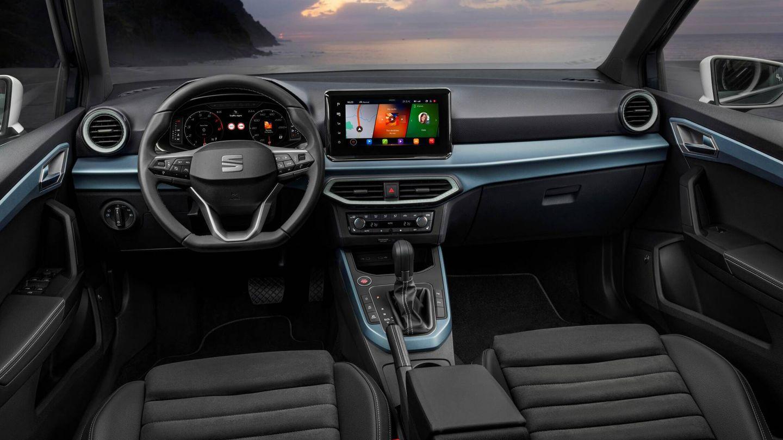 Como ocurre en el Ibiza, el interior del Arona gana en calidad y ve mejorado el diseño con pantallas más grandes, aireadores iluminados o un nuevo volante multifunción.