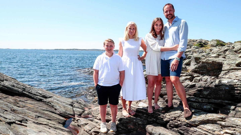 Haakon y Mette-Marit, con sus hijos el verano pasado. (EFE)