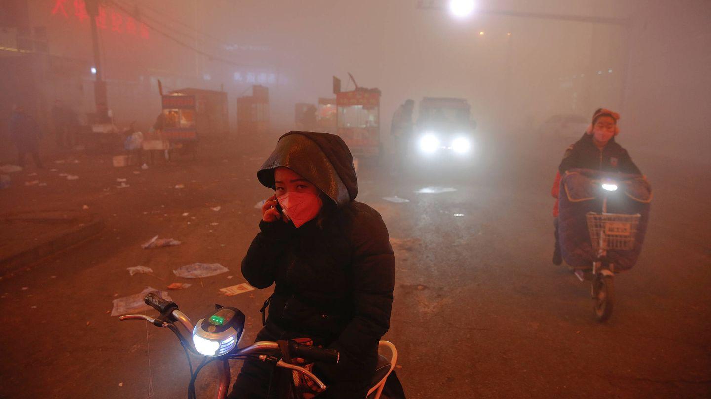 Ciudadanos en una día de alerta roja por contaminación en Shengfang, provincia de Hebei. (Reuters)