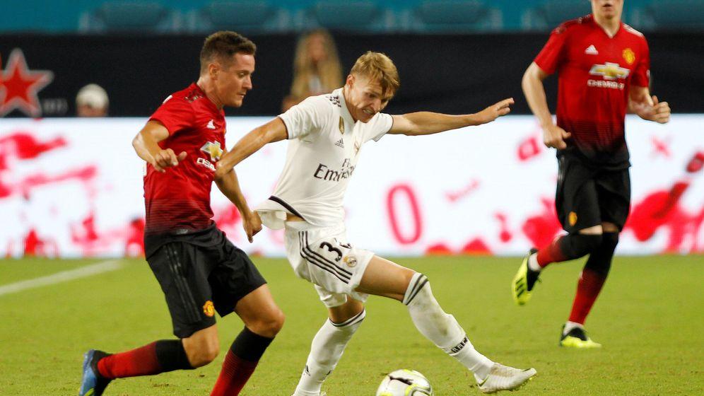 Foto: Odegaard, ante Ander Herrera en un amistoso del Real Madrid contra el Manchester United en julio de 2018. (Reuters)