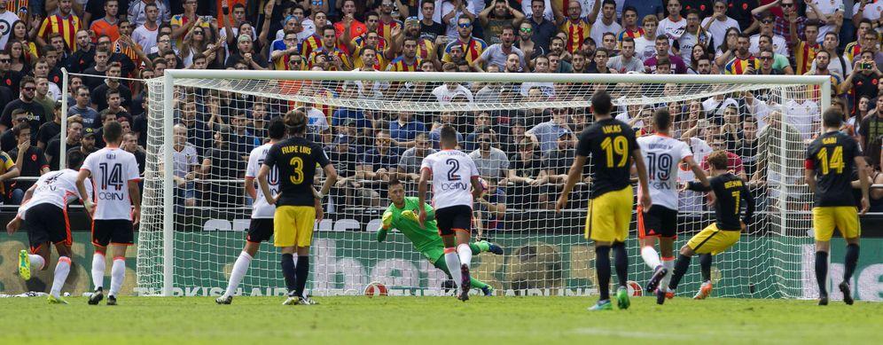 Foto: Diego Alves en el momento de parar el penalti lanzado por Griezmann (EFE)