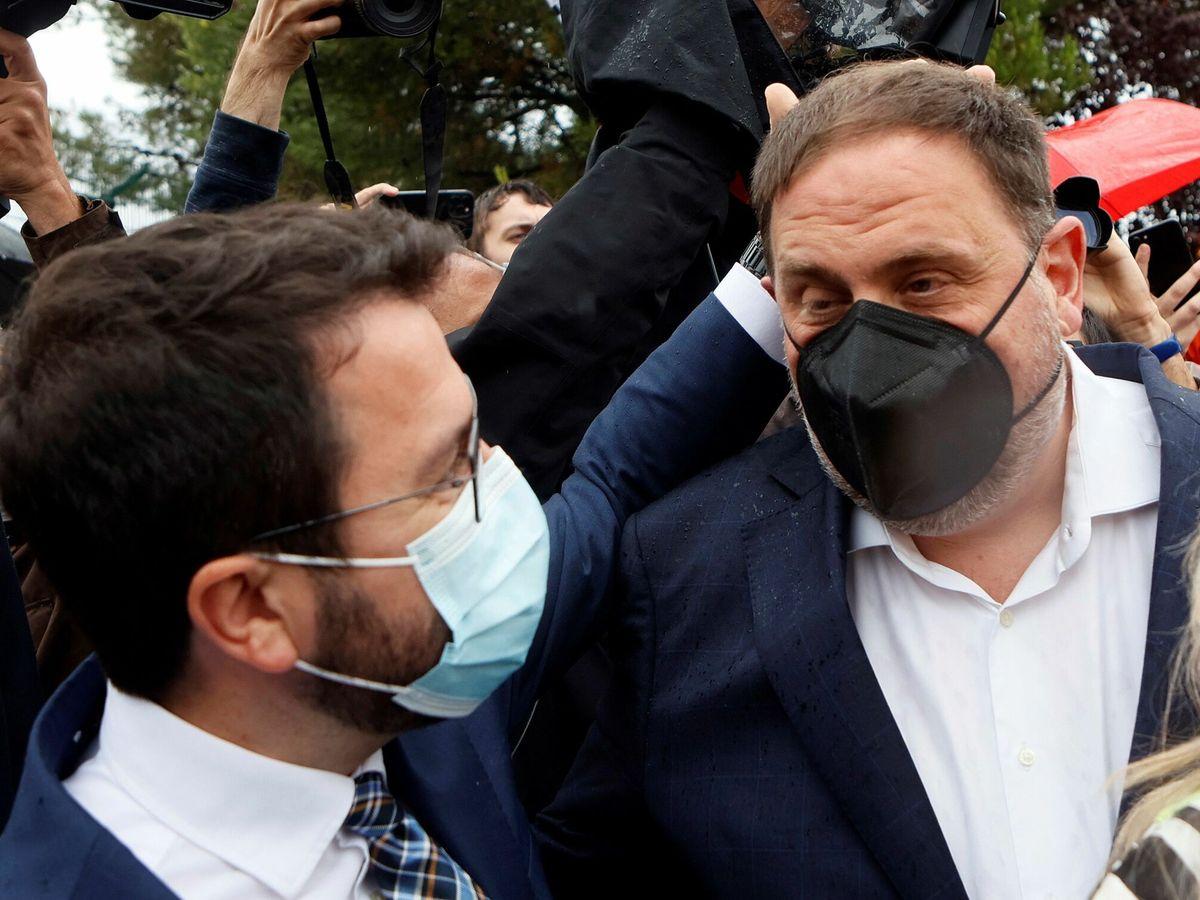 Foto: Pere Aragonès saluda a Oriol Junqueras al salir de Lledoners. (EFE)