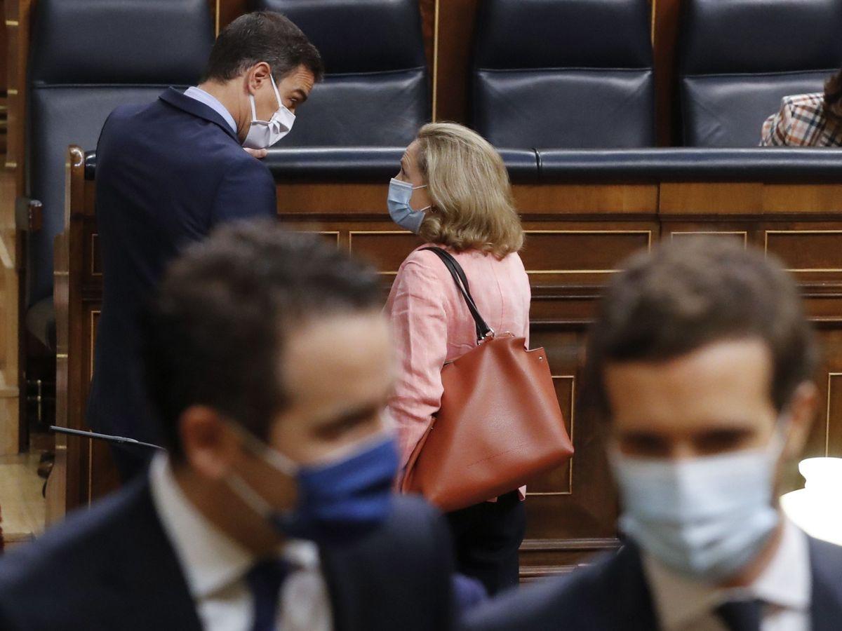 Foto: Pedro Sánchez y Nadia Calviño hablan en el Congreso de los Diputados. (EFE)