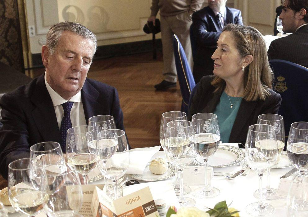 Foto: El presidente del Grupo Godó, Javier Godó, junto a la ministra de Fomento, Ana Pastor. (EFE)