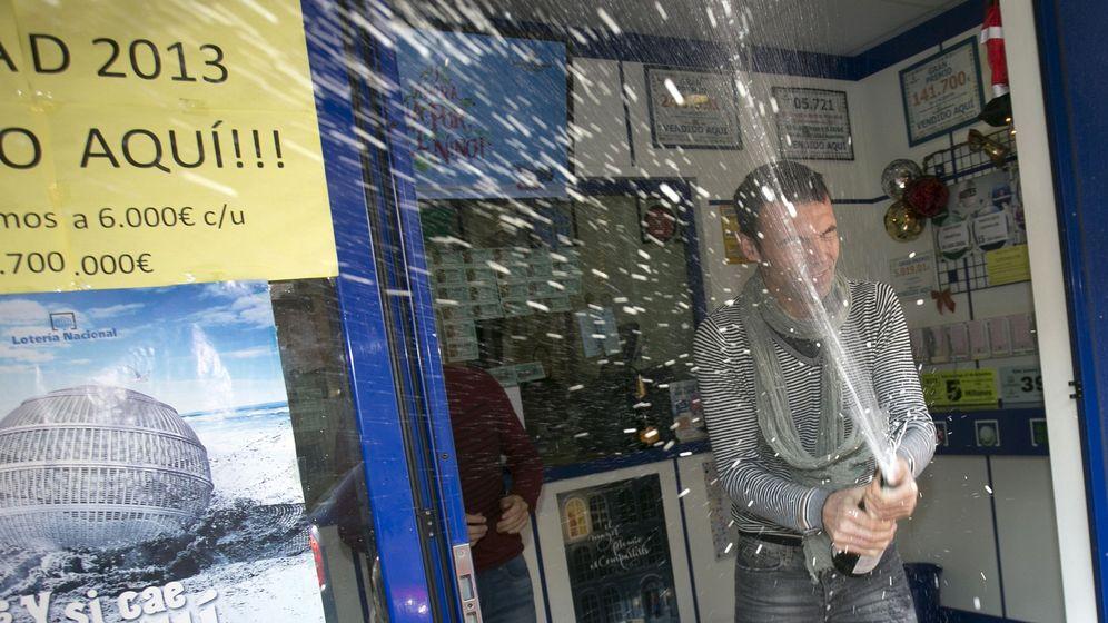 Foto: Imagen de archivo de una Administración de Lotería celebrando un premio de Navidad (EFE)