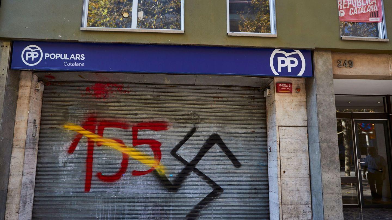 Pintadas en una sede del PP en Barcelona. (EFE)