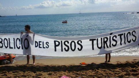 Los vecinos de la Barceloneta se manifiestan en la playa contra los pisos turísticos