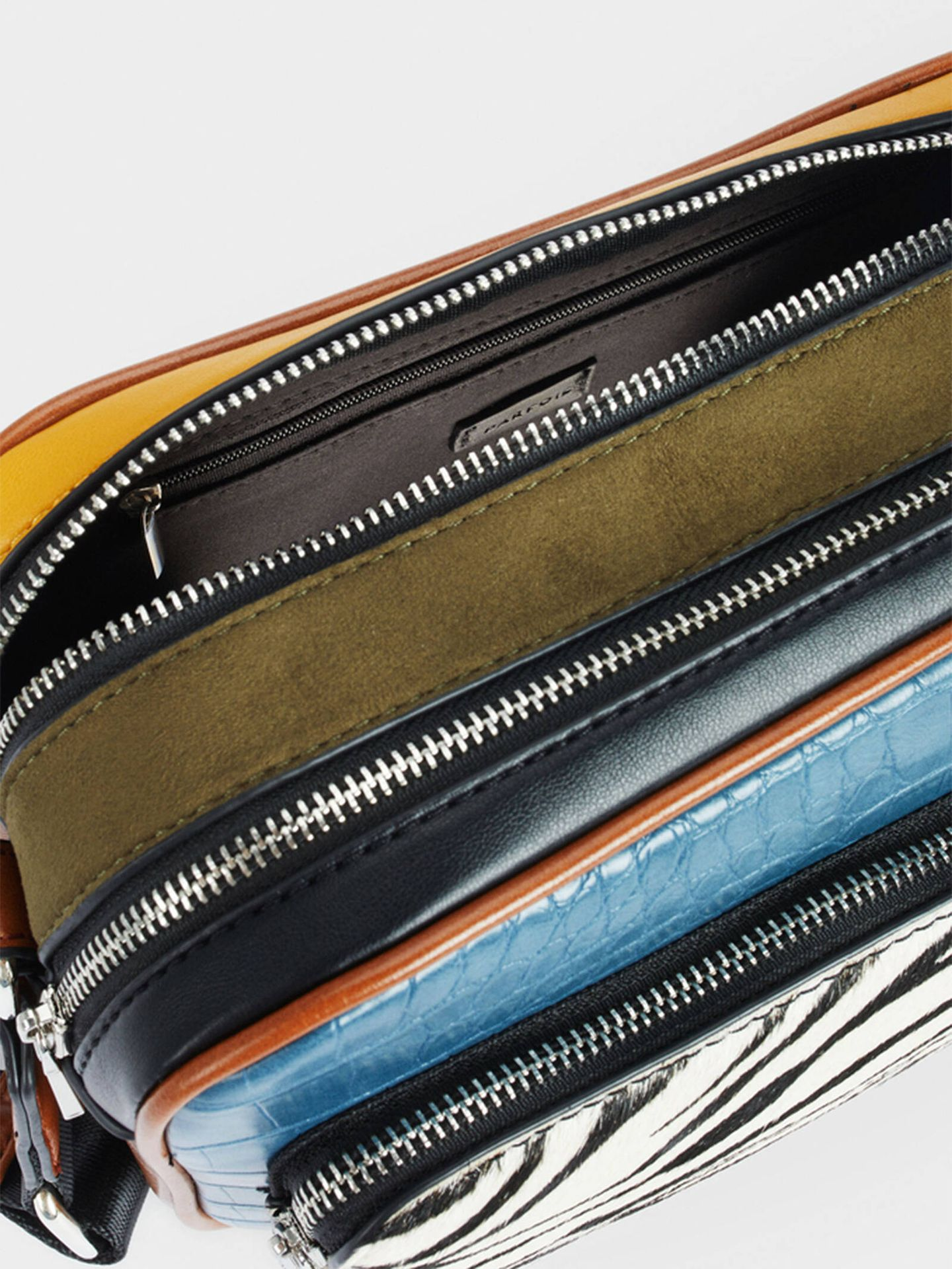 El bolso bandolera de Parfois que combina varios colores y estampados. (Cortesía)