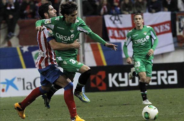 Foto: Eder Vilarchao trata de irse de Raúl García en su partido ante el Atlético