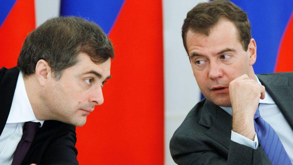 Foto: Vladislav Surkov y Dmitry Medvedev en 2011. (Efe)