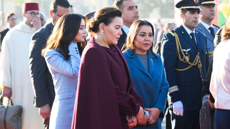 La reina Letizia, rodeada de las cinco mujeres de la corte alauí a su llegada a Rabat