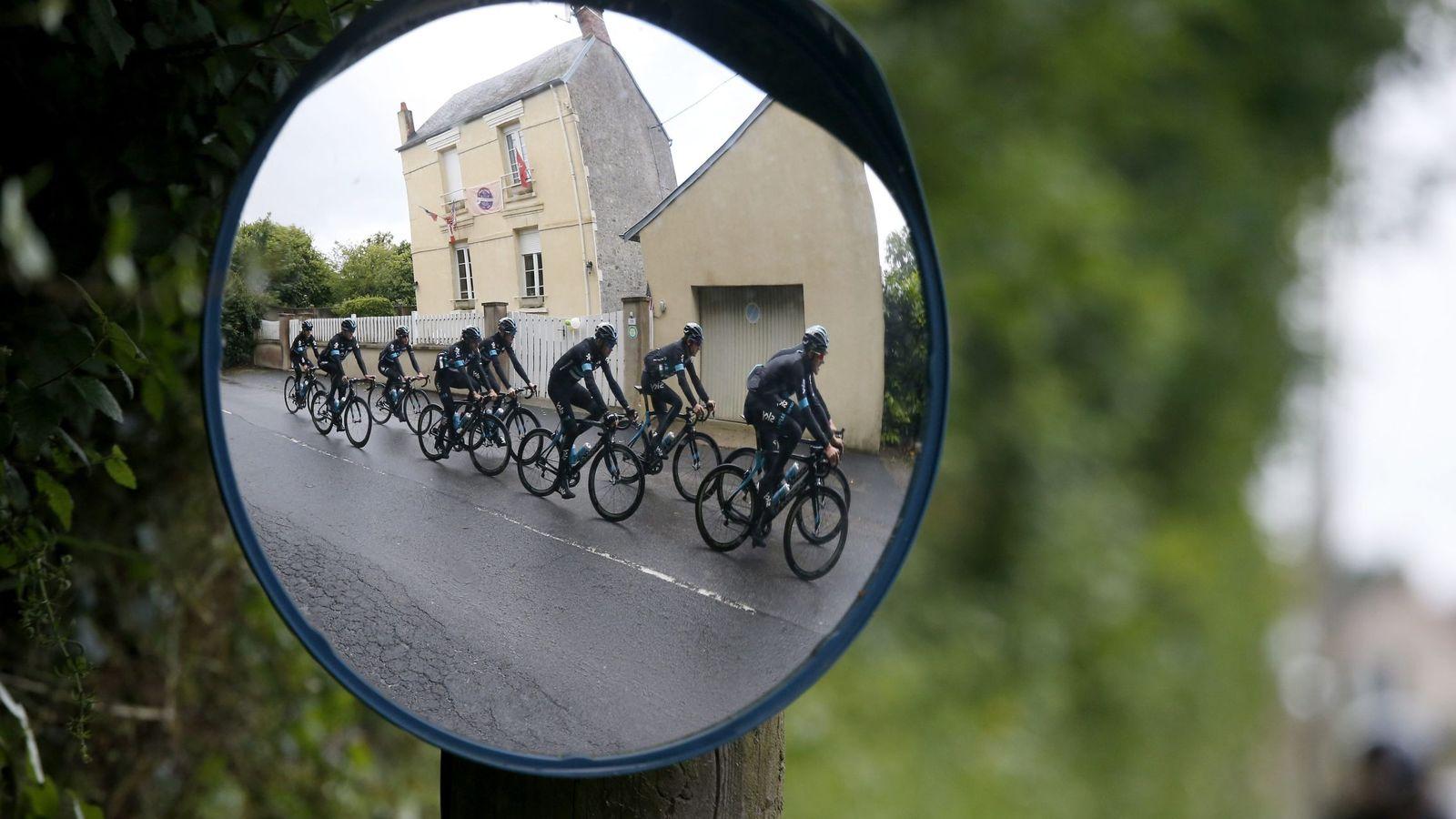 Foto: Los ciclistas del equipo Sky  antes de que arranque el Tour de Francia. (EFE)