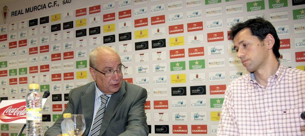 Al Real Murcia de Samper le estalla la burbuja hinchada en la época de Javier Clemente