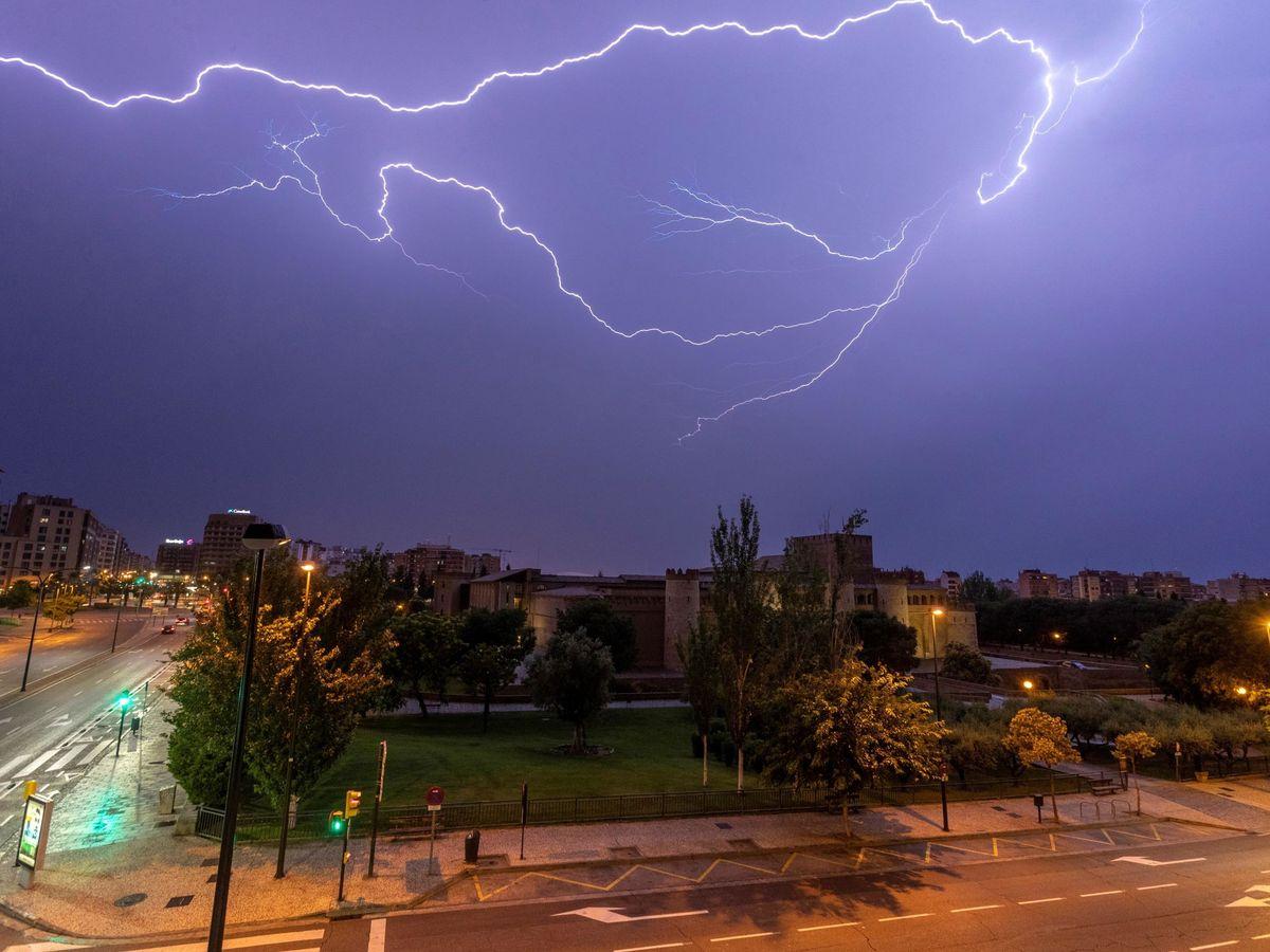 Foto: Foto de archivo de una tormenta en Zaragoza. (EFE)