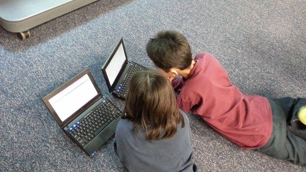 Foto: Dos niños utilizan un ordenador portátil, en una imagen de archivo (CC)