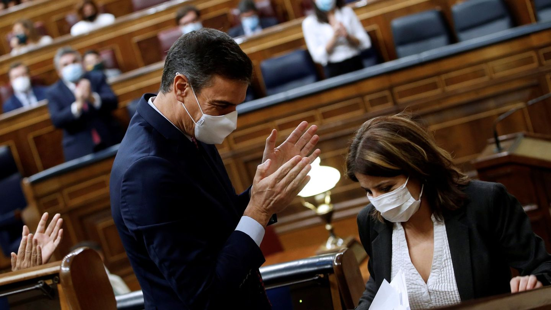 La portavoz del PSOE, Adriana Lastra, junto al presidente del Gobierno, Pedro Sánchez. (EFE)