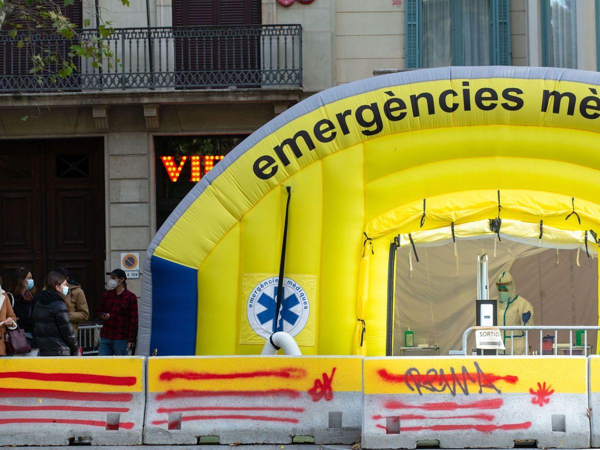 Foto: Vista de la carpa montada para la realización de pruebas PCR frente al CAP del Passeig Sant Joan de Barcelona. (EFE)