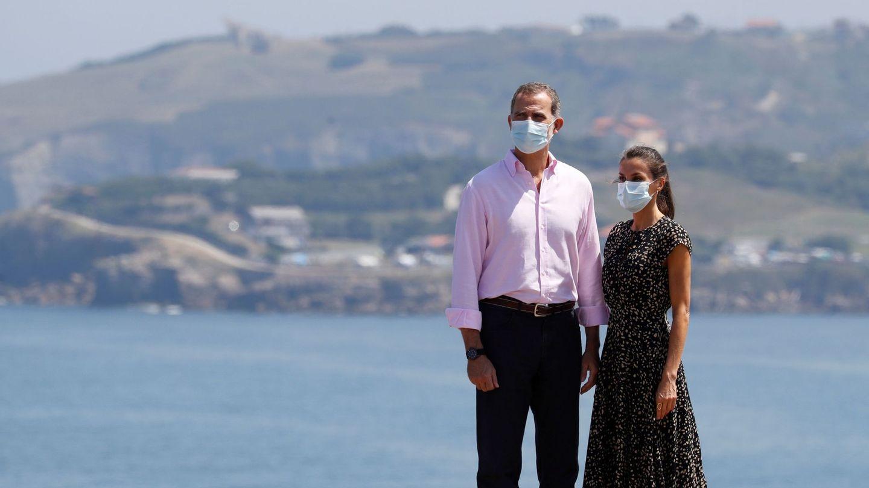 Felipe y Letizia, en Gijón, durante su gira por España. (EFE)