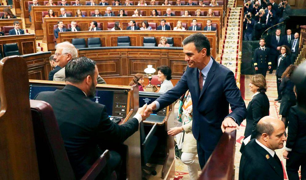 Foto: Pedro Sánchez y Santiago Abascal se saludan en el Congreso de los Diputados. (EFE)