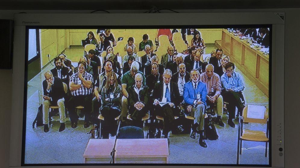 Foto: Los procesados del caso, sentados en la sala de vistas. (EFE)