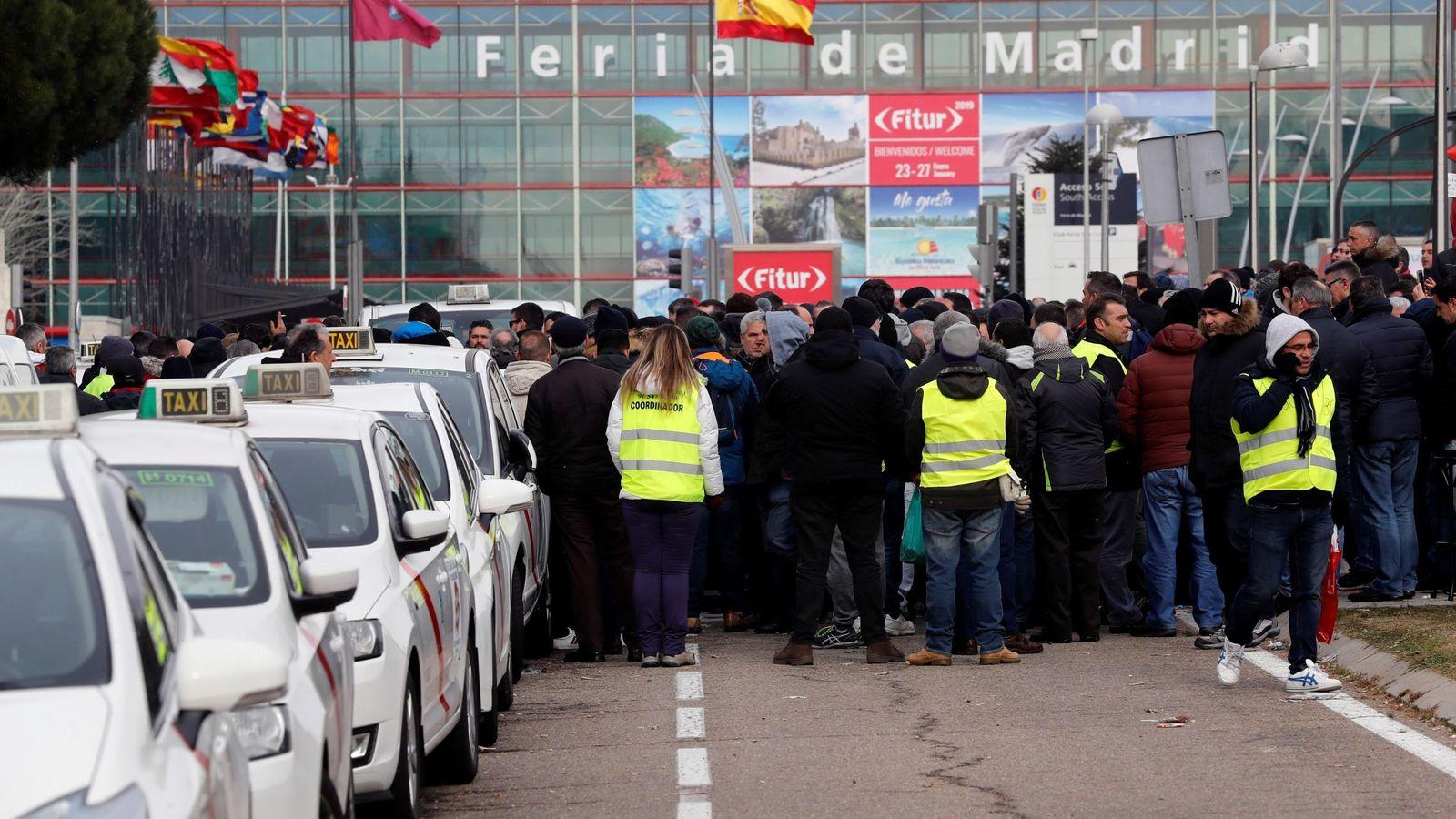 Foto: Los asistentes a Fitur no saben si podrán llegar a su destino sin incidencias. (EFE)