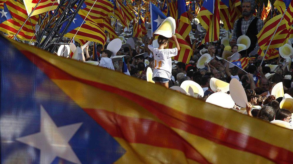 Foto: Miles de personas se manifiestan en Cataluña a favor de la independencia. (EFE)