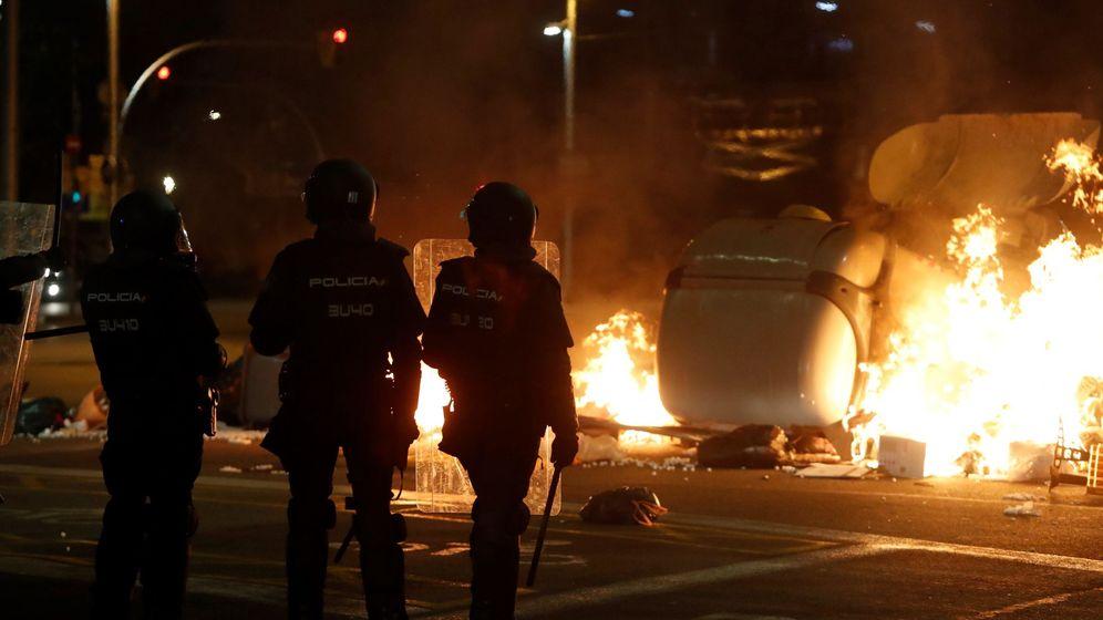 Foto: 'Mossos', durante los disturbios de este miércoles. (EFE)