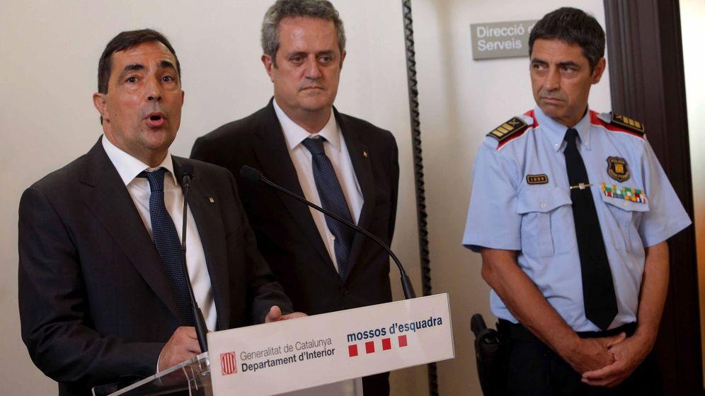 Foto: El conseller de Interior, Joaquim Forn (c) junto al director de los Mossos d'Esquadra, Pere Soler. (EFE)