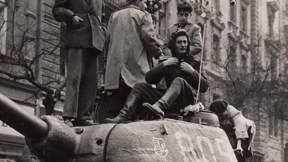 Foto: Húngaros subidos a un tanque ruso en Budapest, tras el levantamiento contra la URSS. (EFE)